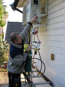 Fagmann installerer luft til luft varmepumpe på Sørlandet