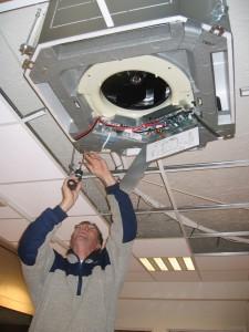 Fagmann installerer luft til luft-anlegg i et kontorlokale