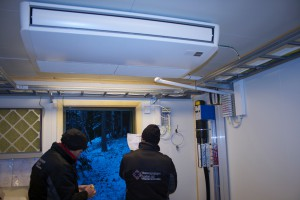 To fagmenn går over sjekklista etter installasjon av luft til luft varmepumpe