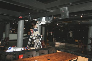 Fagmann installerer luft til luft varmepumpe på et utested på Sørlandet