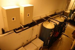 Tre varmvannstanker, ferdig monterte til vannbårne anlegg på Sørlandet